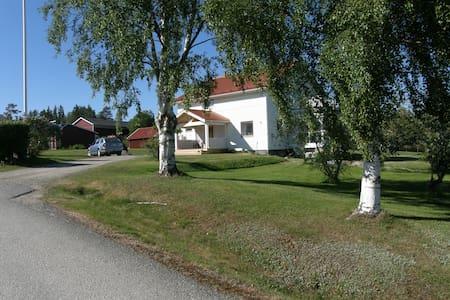 I centrala Ullånger. Boende  i huvudbyggnaden.