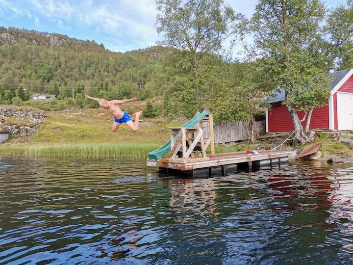 Bo i husvogn på bondegård med egen badeplass
