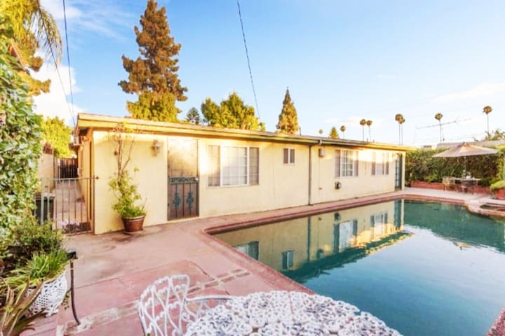 Beautiful POOLSIDE guest house - centrally located