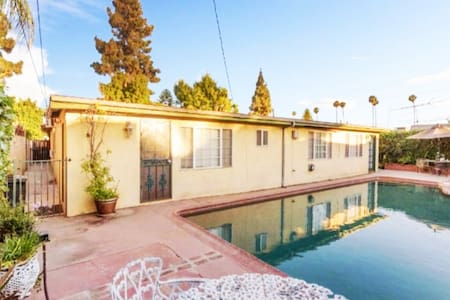 Beautiful POOLSIDE guest house - centrally located - Los Angeles