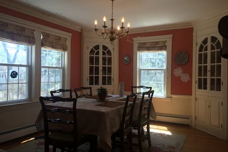 Family-friendly Colonial home in Lexington