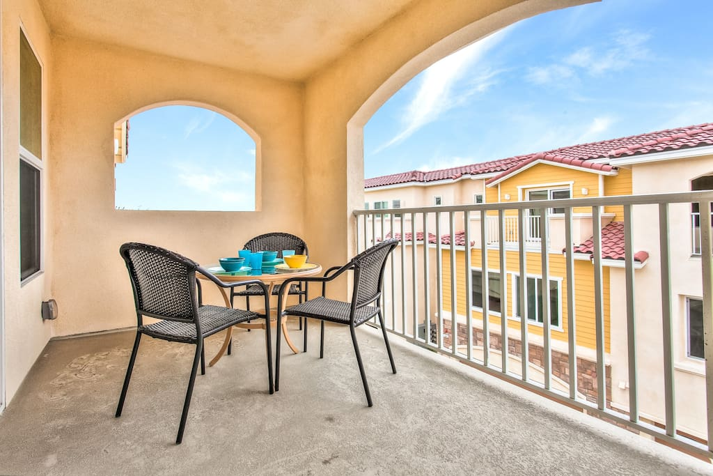 Enjoy privacy and View.  Close enough to walk to the Convention Center & Disneyland!