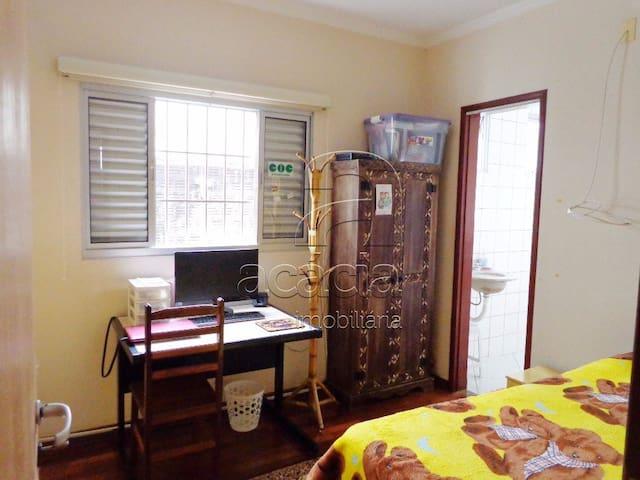 Suite com armário, criado mudo, escrivaninha