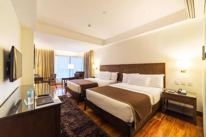 The Deluxe: Serviced Room, Pool & Gym, Fiber Wifi
