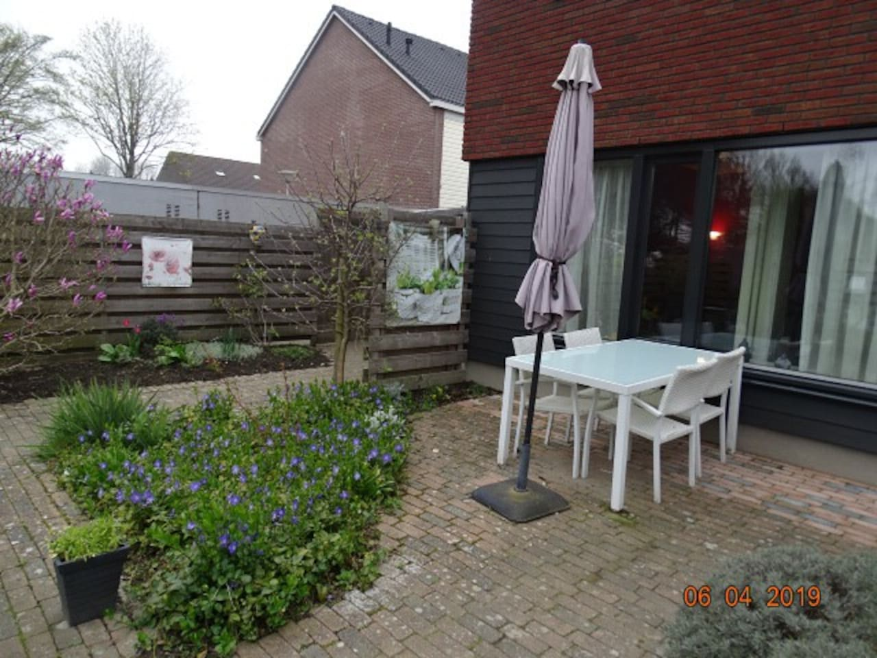 Garden with possibility to eat outside. Shared with family. Nice big and light house with 2 rooms available for rent.