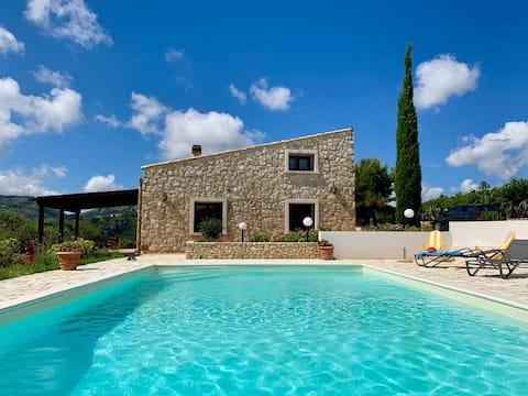 Villa vue sur mer dans une oliveraie avec piscine