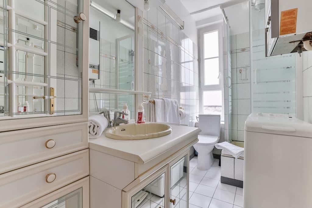 Bright and nice bathroom  Salle de bain lumineuse.