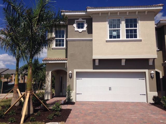 Large Townhouse Near Downtown Fort Myers