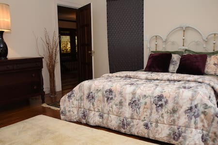 Private room / private bath - Needham MA - Needham - บ้าน