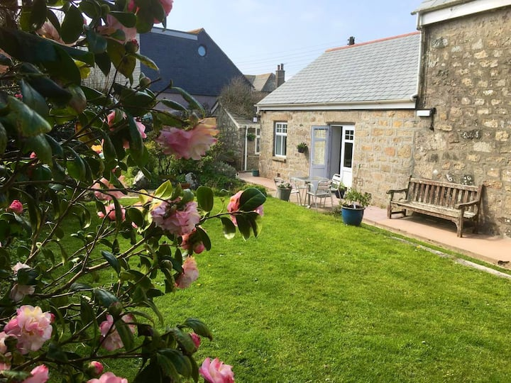 Spacious flat St. Ives, former farmhouse, parking