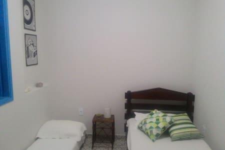 Quarto janela azul - 2 camas solteiro