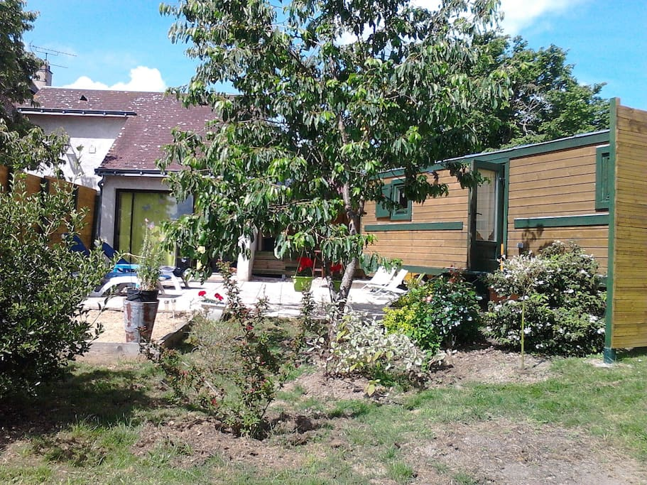 Maison roulotte l 39 original houses for rent in saunay for Piscine jardin lons
