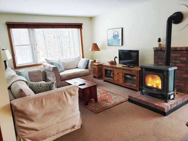 Cozy one bedroom Stowe condo with shared hot tub