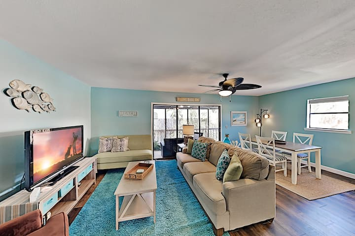 Spacious Beach Condo with Pool & Fishing Dock