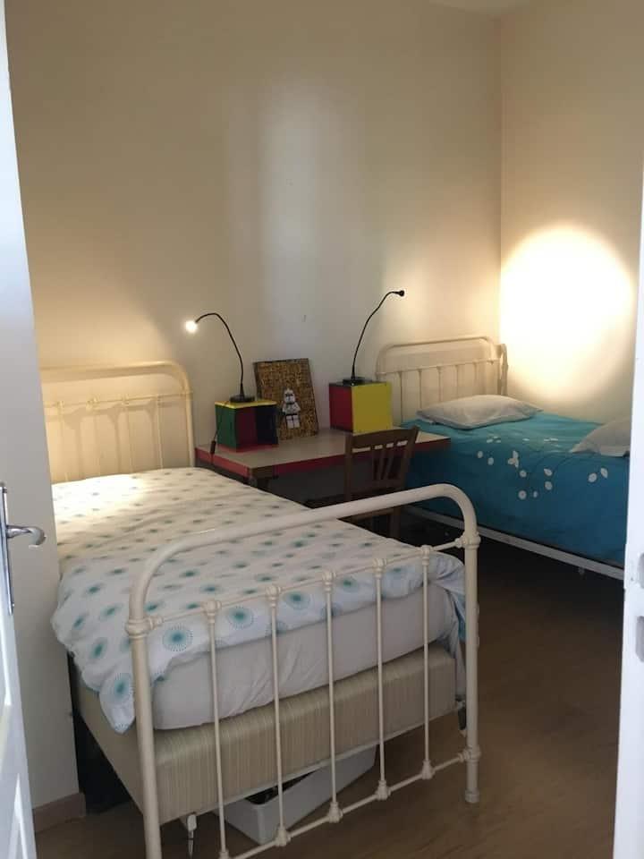 Chambre numéro 2. Privée, 2 lits simples.