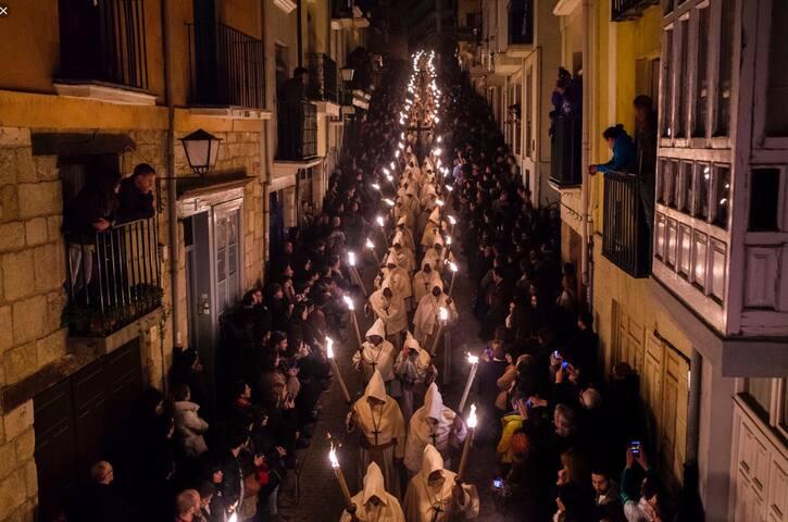 Semana Santa. Devoción, fervor y tradición por toda Murcia.  Vista de la procesión      en Cartagena.  Silencio y emoción a flor de pie.