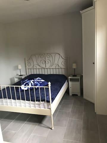 slaapkamer met kleerkast en tv