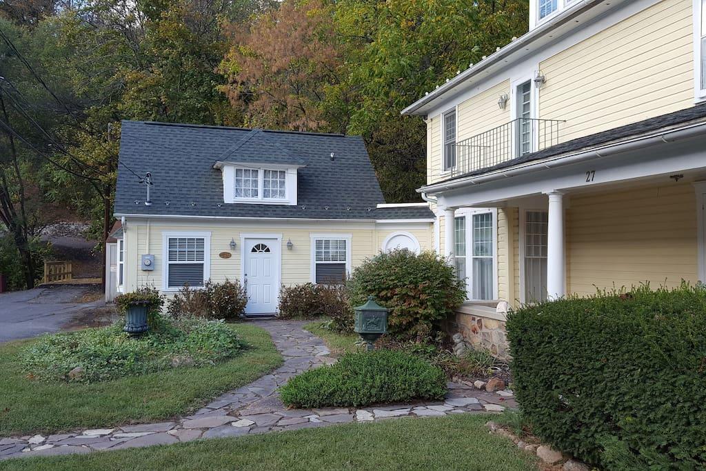 Brookside cottage cottages for rent in berkeley springs for Brookside cottages