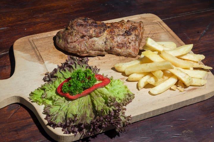 SOLOMILLO DE CERDO A LA PARRILLA,  con cargo extra y con anticipación se puede desayunar, almorzar o cenar.