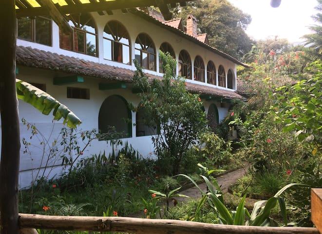 La Petite Auberge, hermoso hotel entre jardines!