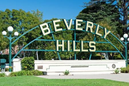 SUPER BEVERLY HILLS LIVING W/PARKING NEAR RODEO DR