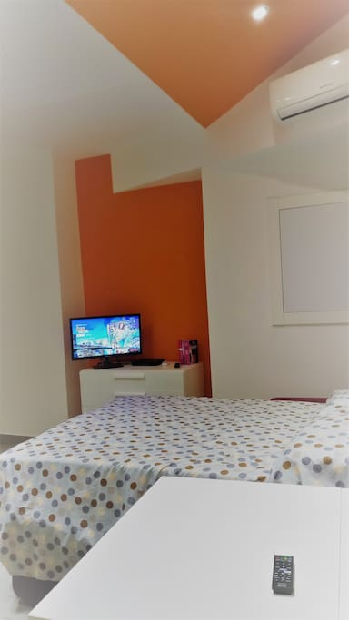 Air conditioning, WiFi and cable internet, TV, Blu-ray/DVD, Netflix are provided