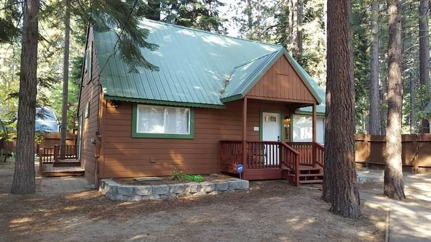 880 Tahoe Island Charming Cabin (3 Bedroom House)