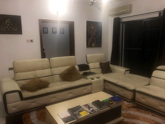Art inspired furnished apartment (with a study)