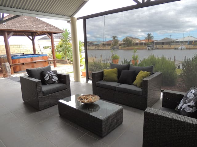 Serenity on Murray Waters Canals, modern & clean - South Yunderup - Bed & Breakfast