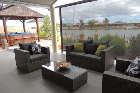 Serenity on Murray Waters Canals, modern & clean - South Yunderup - ที่พักพร้อมอาหารเช้า