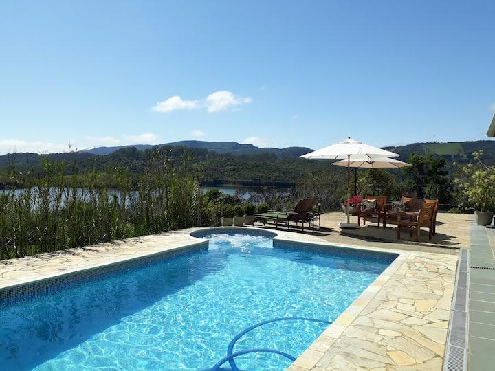 Casa com piscina na margem da Represa Atibainha