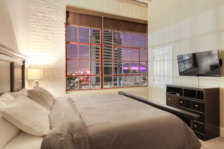 Beautiful Downtown Apt Close to Everything