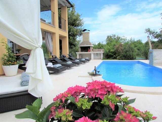 charmante 320m² Villa Ari mit Pool
