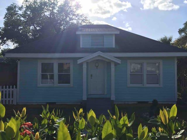 Cozy blue house 5 min from beach
