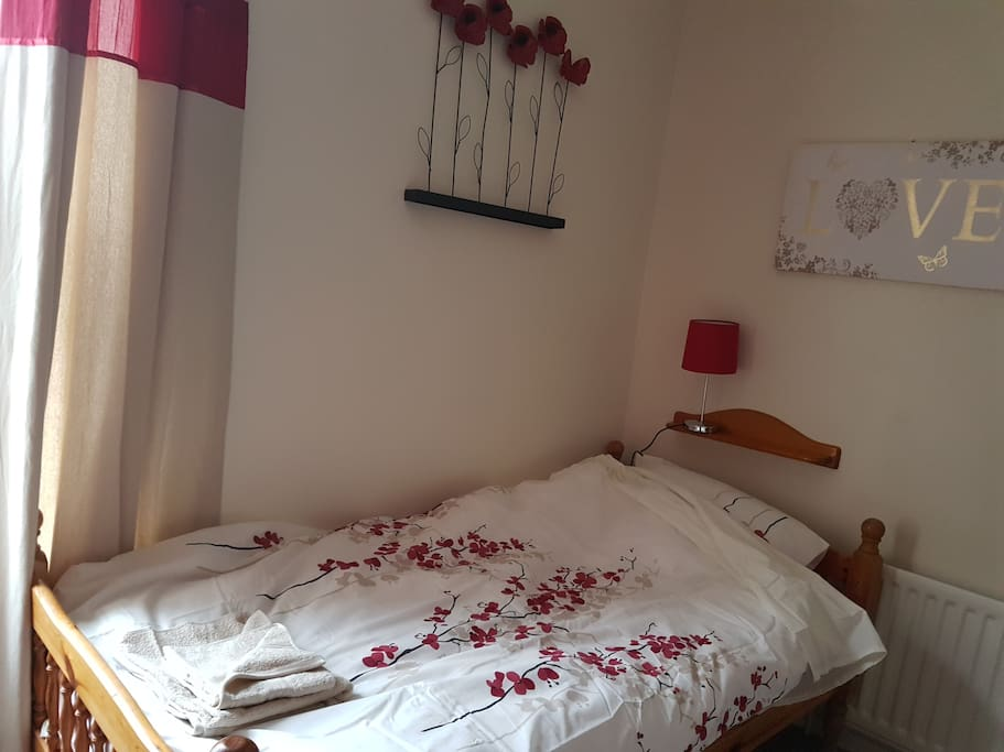 Twin room in quaint Victorian House 3 Mins Walk from Newcastle under Lyme town centre. opposite a  a beautiful little park.