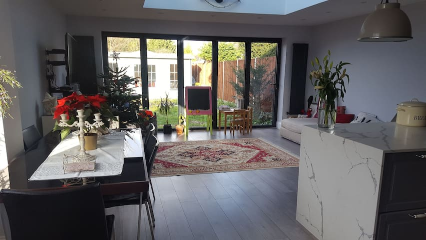 Lovely bright room available in 3 bedroom house