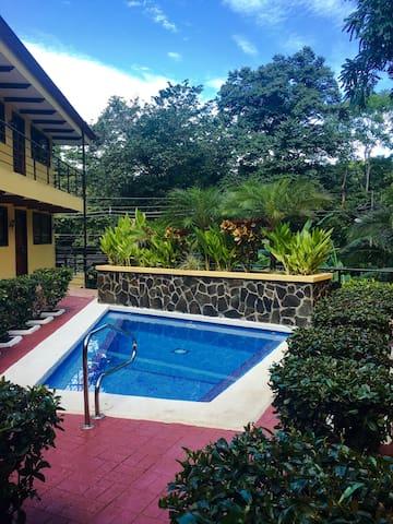 Spacious 2BR Condo, Pool, Monkeys, Manuel Antonio! - Quepos - Appartement en résidence