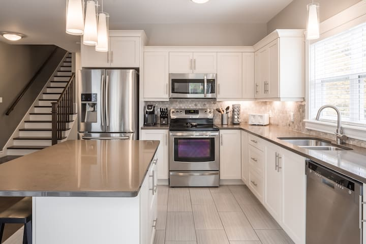 Modern 4 Bedroom Townhouse close to Downtown