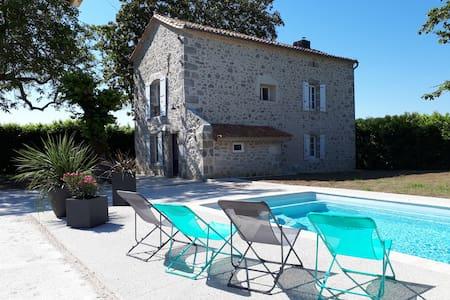 Gîte des Magnolias:maison avec piscine et cheminée