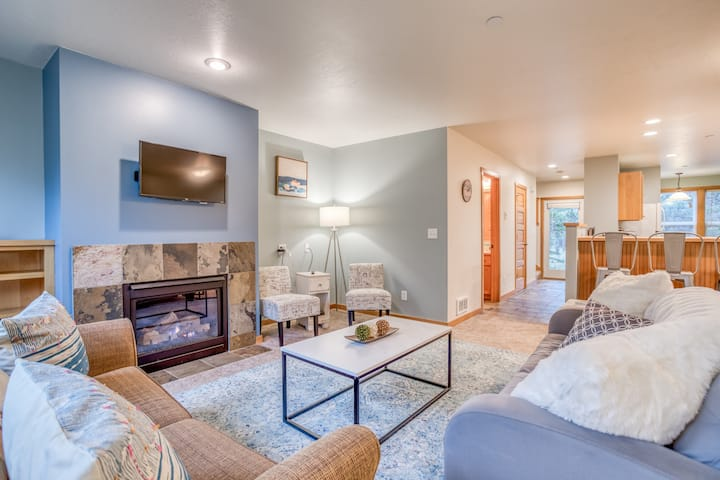 Pacific City Splendor in this Sunny Contemporary with King Master Suite!