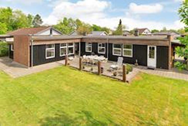 Hus for jer selv i Aarhus,  have & stor terrasse.