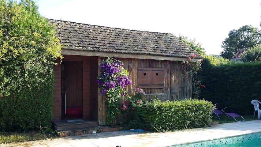 Cabane au bord de la piscine