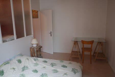 Chambre double avec cuisine, sdb et wc privatifs