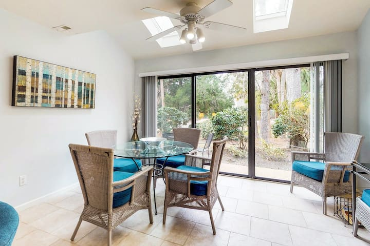 Tropical vacation condo with a shared pool, tennis, and beach access!