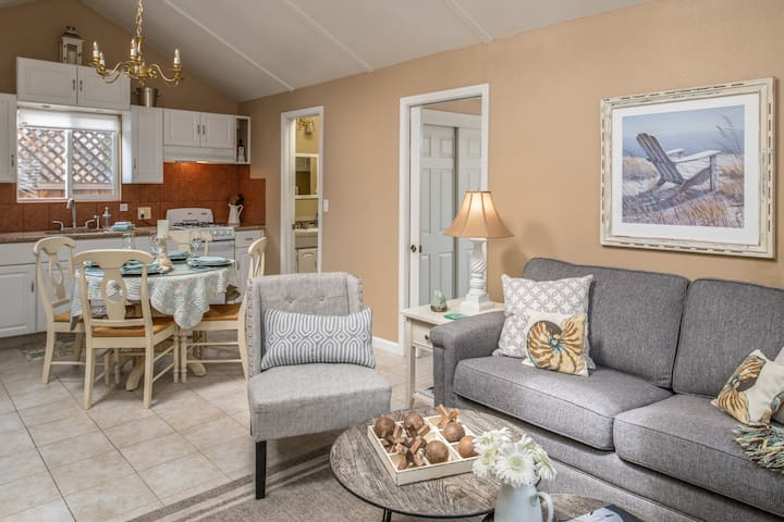 3264 Sea Shell Guest Cottage ~ Walk to Downtown and the Beach!