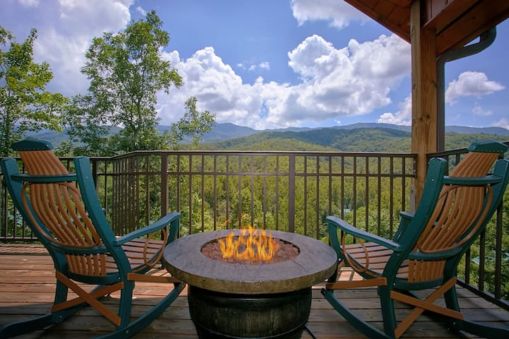 "Luxury 1 Bedroom Cabin with Jacuzzi, 4 Fireplaces and 55"" 3D TV w/Blu Ray"