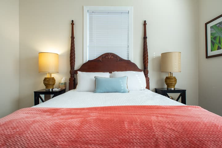 Stylish Ybor bedroom! Short drive Bucs & Amalie!