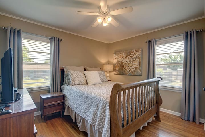 """Second bedrom features a queen size bed lamp by bed for reading. Ceiling fan, blinds snd curtains.  We also include a 45"""" Samsung smart tv with cable, Netflux,  and Hulu Plus.  Samsung blur ray dvd player. Dresser and night stands.  Closet includes hangers and luggage rack."""
