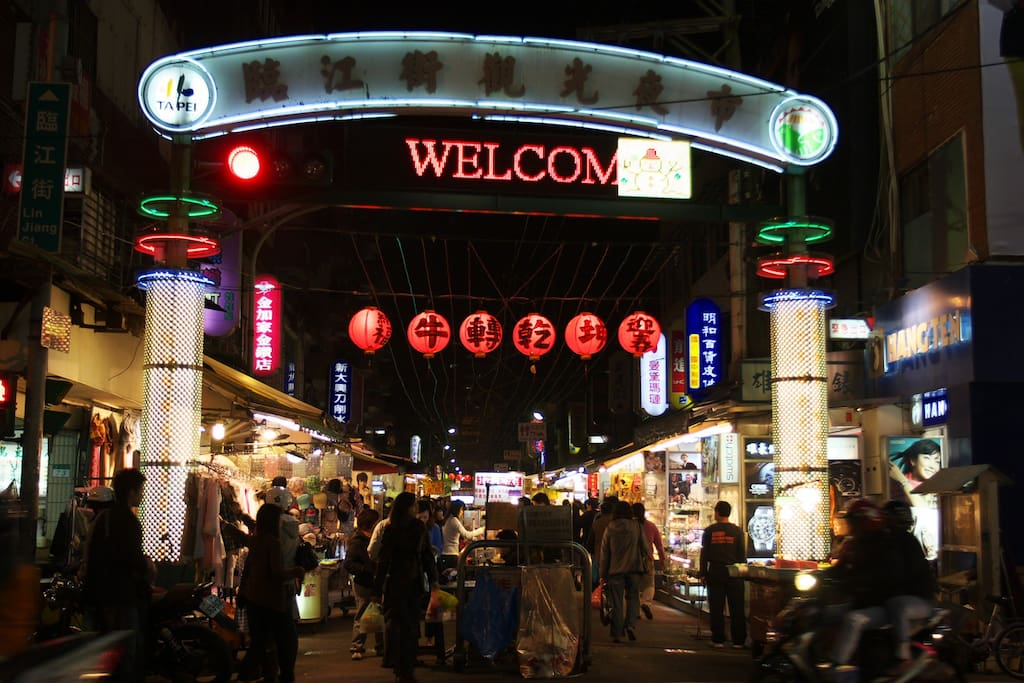 Taipei's no.1 nightmarket - Tonghua! All the famous Taiwanese street snacks, hot pot, games... until midnight!