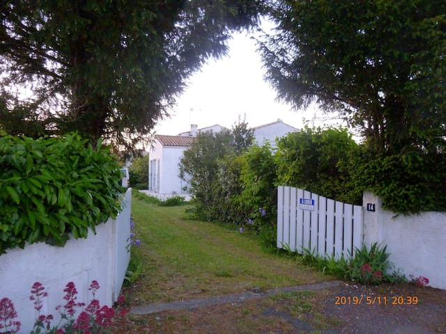 House center of OLERON island for 6 to 8 people.